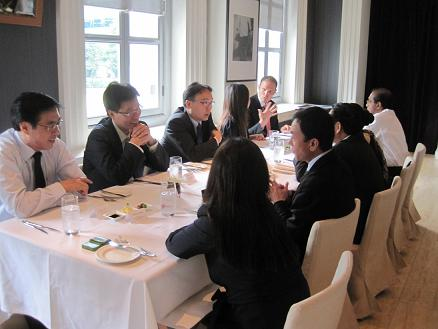 Mr Pang Kin Keong, Permanent Secretary  hosting lunch for the Vietnamese delegation to mark the conclusion of the 2nd Joint Committee Meeting. Various representatives of law firms, arbitral institutions and other legal organisations also attended the lunch.